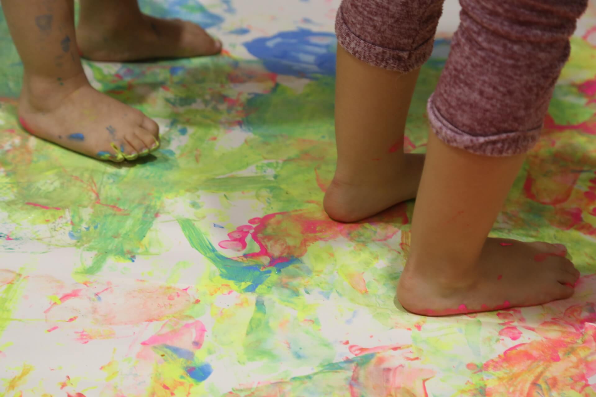 El arte en la educación tiene el rol de ayudar a los niños a ser ellos mismos en lugar de ser como los demás - Sydney Gurewitz Clemens